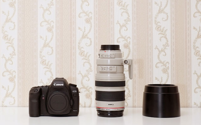 Das Canon EF 100-400mm IS L USM wird mit einer sehr guten Streulichtblende geliefert. Im eingefahrenen Zustand ist das Objektiv relativ kompakt und sollte eigentlich in jede Fototasche passen.