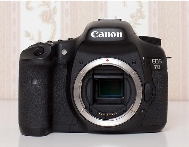 Ausrüstungsempfehlung für die Hochzeitsfotografie empfohlene DSLR Spiegelreflexkamera mit APS-C Sensor isoliert vor Vintage Hintergrund als Ausrüstung für die Hochzeitsfotografie