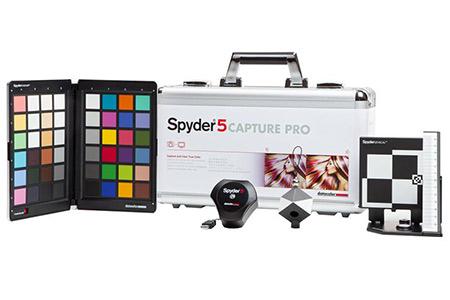 Das Datacolor Spyder5Capturepro Set vor weißem Hintergrund.