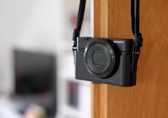 Sony RX100 an Tür hängend mit Ledertasche