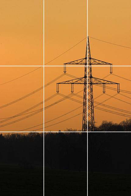 Hochspannungsmast Landschaftsaufnahme perfekt gedrittelter Bildaufbau