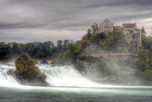 Rheinfall Schaffhausen mit dem Schloss Laufen am Abend, Schweiz