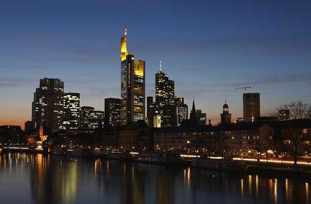 Skyline von Frankfurt bei Nacht, Hessen, Deutschland