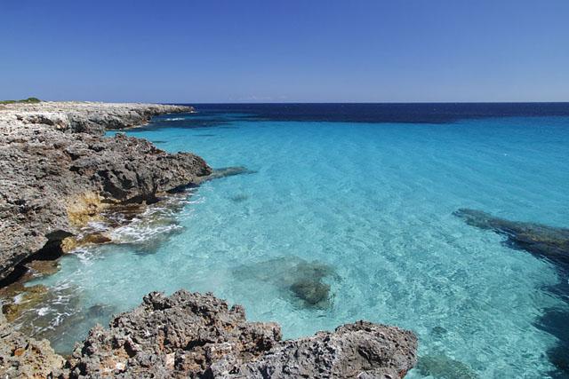 Landschaftsaufnahme Meeresbucht mit türkisfarbenem Wasser mit Polfilter